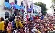 Boneco gigante do cavalinho do Fantástico cai durante desfile em Olinda