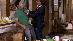 Jacques vai atrás de Valquíria na casa de Ariclenes e lhe dá um soco