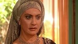 Nazira decide devolver as coisas de Jade