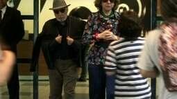 Maria quase dá um autógrafo, mas chegada de Juliana Paes atrapalha