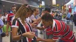 Jogadores do Santa Cruz so recebidos com festa no aeroporto