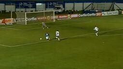 João Ricardo faz boa defesa em contra-ataque de Bruno Veiga