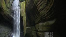 Cascata das Andorinhas possui 15 metros de queda em meio a pedras que lembram uma caverna