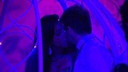 Talita e Rafel pegam carona na carruagem e se beijam muito