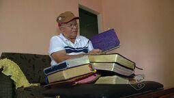 Aposentado da Serra, ES, ganha destaque por ser reparador de Bíblias