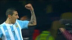 """<p>  <span class=""""msg""""><strong>Di María faz mais um após jogada brilhante de Messi. </strong>O camisa 10 fica com a bola na intermediária, tira de Cáceres, coloca entre as pernas de Valdez e dá um baita presente para Pastore. Livre, ele finaliza sobre Villar, que dá rebote, e Di María manda para o fundo do gol vazio. <strong>Fica complicado para o Paraguai.<br />  </strong></span></p>"""