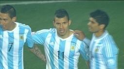 """<p>  <span class=""""msg""""><strong>Faltava o dele: Agüero amplia a goleada. </strong>Após longa troca de bolas, Messi acha na esquerda Di María, que cruza na medida para o atacante. Ele só desvia de cabeça para fechar o caixão paraguaio. <strong><br />  </strong></span></p>"""