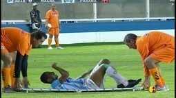 Diego sente dores e é substituído por Bruno Santos aos 30'