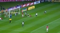 <p>  Alex faz belo passe para Ernando, que invade a área pela esquerda, cruza para o meio, Valdivia desvia para o gol e a bola bate na zaga corintiana. Inter pede pênalti, mas o árbitro manda seguir.</p>