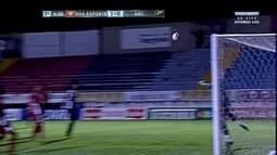Leonardo cabeceia bem para o gol e obriga Saulo a fazer grande defesa