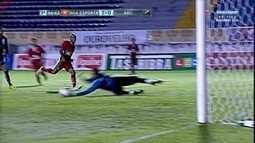 Jonatas Paulista tabela com Claytinho e sai de frente com o goleiro, mas Saulo evita o gol