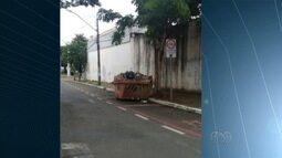 Caçamba de lixo bloqueia ciclofaixa do Setor Bueno, em Goiânia