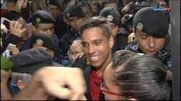 Wendell Lira desembarca no Brasil com status de ídolo após ganhar o prêmio Puskas