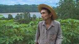 Aos 70 anos, agricultor que perdeu uma das mãos cuida de plantação sozinho no RS