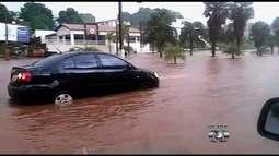 Córrego transborda durante chuva e alaga ruas em Rio Verde