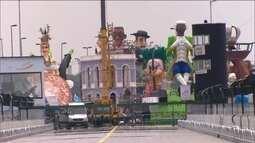 Correria é grande no sambódromo para deixar tudo pronto para o desfile