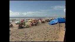 Praia de Pontal do Ipiranga recebe vários turistas, em Linhares, no Espírito Santo