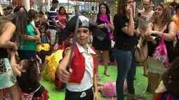 Banda Turma da Criançada anima bloquinho em shopping da capital