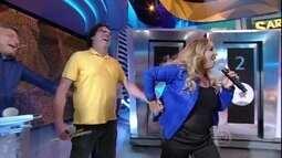Sarajane puxa Casagrande para dançar 'A Roda' no palco do 'Domingão'