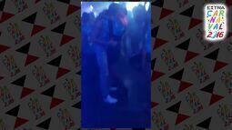 Thayla Ayala beija muito modelo gringo em camarote da Sapucaí