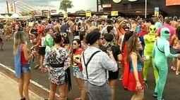 Foliões fantasiados aproveitam o carnaval e curtem tradicional festa em Votuporanga