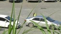 Flanelinhas fazem cobrança irregular de estacionamento em Petrópolis, RJ