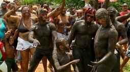 Foliões se reúnem para festa tradicional do bloco 'Os Cão', na praia da Redinha, em Natal