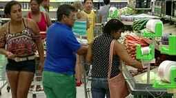 Moradores lotam o comércio de Linhares, ES, na Quarta-feira de Cinzas