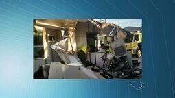 Caminhão carregado de granito destrói cabine de pedágio em Rio Novo do Sul, ES