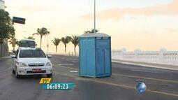 Banheiro químico é esquecido no meio da rua no Rio Vermelho, em Salvador