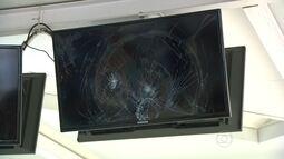 Atos de vandalismo em estações do BRT e Supervia provocam prejuízos para passageiros
