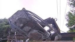 Carro derruba poste na Avenida 17 de agosto