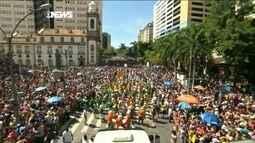 Monobloco cumprimenta foliões que lotam a escadaria da Assembleia Legislativa do Rio