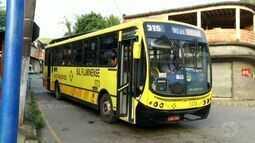 Moradores da Candelária, em Volta Redonda, RJ, reclamam do atraso dos ônibus