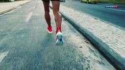 Eu atleta testa tênis de cano longo para corridas de longa distância
