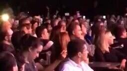 Xandinho Negrão faz carinho em Marina Ruy Barbosa durante show
