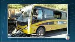 Acidente com ônibus escolar deixa uma criança morta e outras 20 feridas em Cantagalo