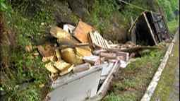 Caminhão tomba na rodovia Mogi-Bertioga