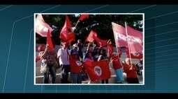 População faz manifestação contra o impeachment da presidente Dilma em Rio das Ostras, RJ