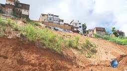 Parte de residência cai e chuva ameaça novos deslizamentos na comunidade do Barro Branco