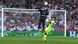 Polêmica: Sérgio Ramos toca com a mão na bola dentro da área, aos 44 minutos do 2º tempo