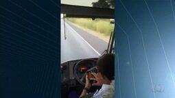 Motorista de ônibus é flagrado ao tirar mãos do volante para mexer em celular, em Goiás