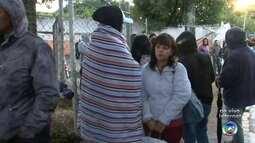 Moradores enfrentam frio no terceiro dia de filas por cadastro de casas em Sorocaba