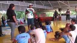 Massaranduba fala sobre MMA para crianças de projeto social e se diverte com eles