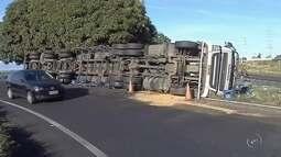 Caminhão com cerveja tomba e carga fica espalhada na via em Marília