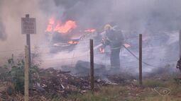 Fogo atinge terreno em Cobilândia, Vila Velha, ES