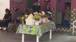 Corpo do menino André é velado e enterrado pela família, em Manaus