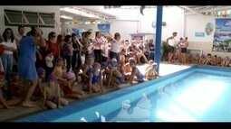 Crianças e adultos de Ipatinga participam da 'maior aula de natação do mundo'