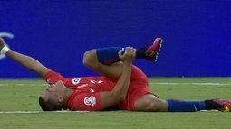 Alexis Sánchez sofre falta e fica caído no gramado, aos 3 do 1º tempo