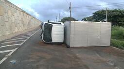 Caminhão bate em poste e tomba na Ponte Divaldo Suruagy, no Pontal da Barra